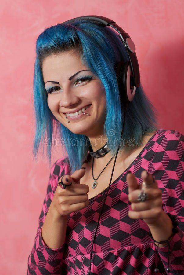 Menina DJ do punk com cabelo tingido do turqouise foto de stock