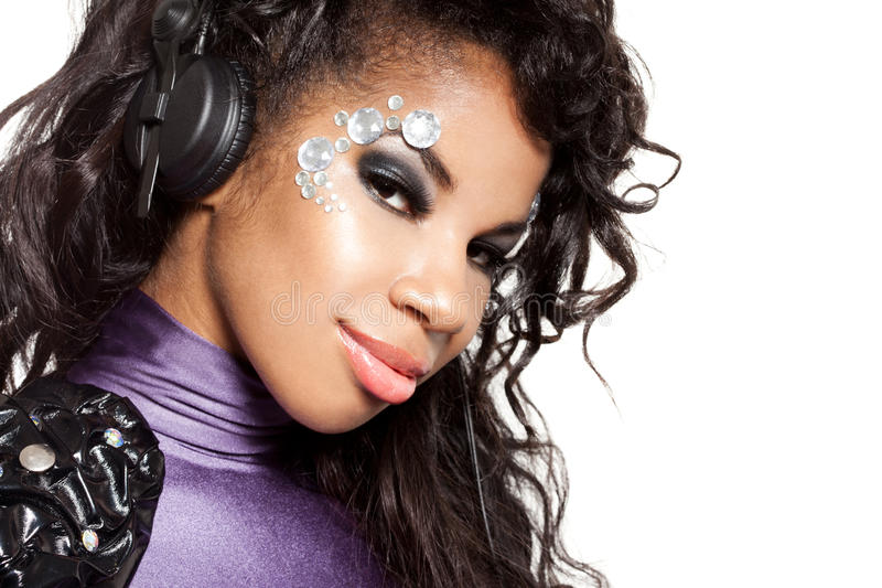 A menina DJ escuta música com auscultadores imagem de stock