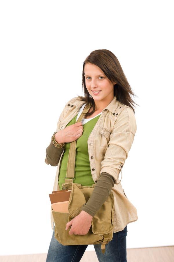 Menina do adolescente do estudante com levantamento do schoolbag foto de stock royalty free