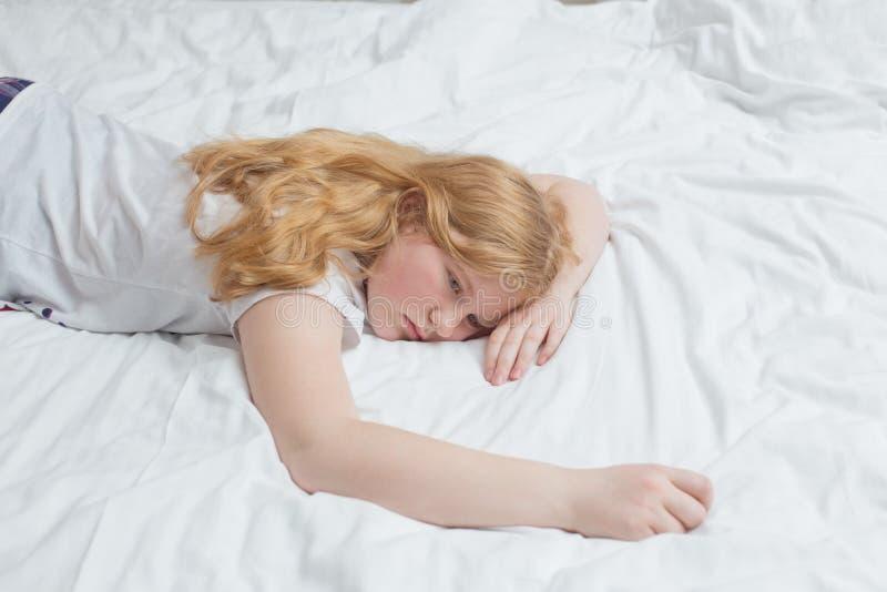 Menina do adolescente na cama fotografia de stock