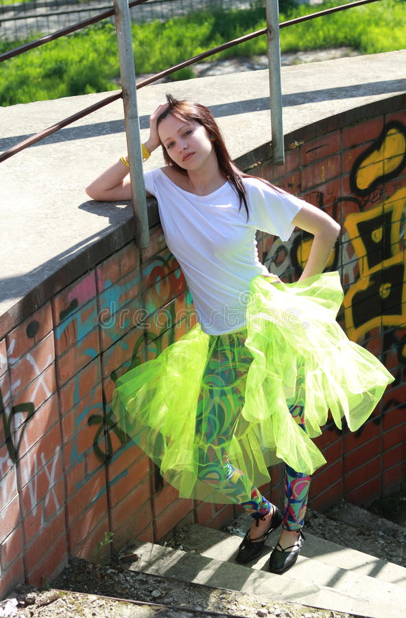 Menina do adolescente na cidade grande fotografia de stock