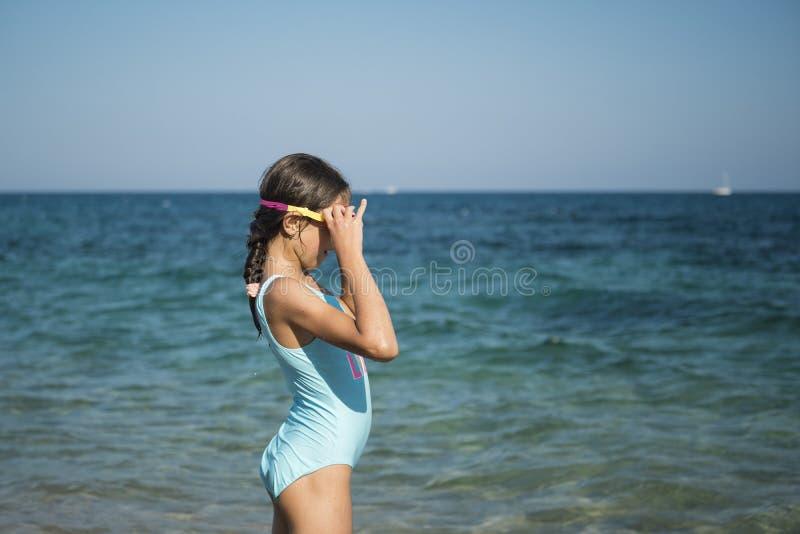 A menina do adolescente nada no mar fotografia de stock