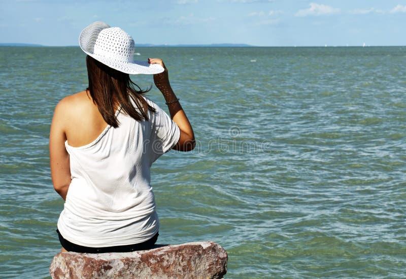 Menina do adolescente no lago Balaton, Hungria foto de stock