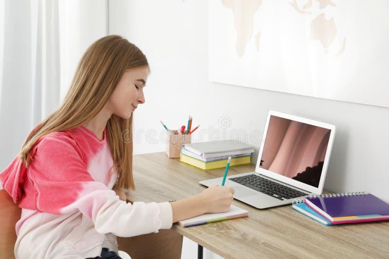 Menina do adolescente que faz seus trabalhos de casa fotos de stock royalty free