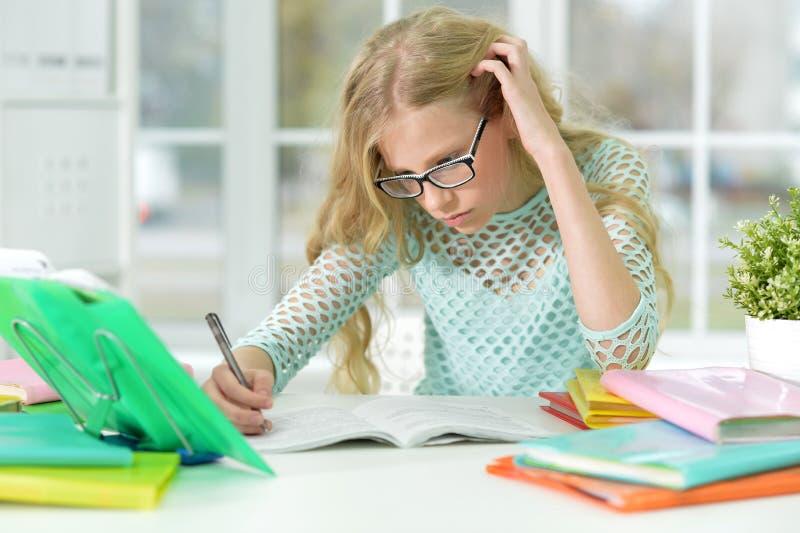 Menina do adolescente que faz trabalhos de casa fotos de stock