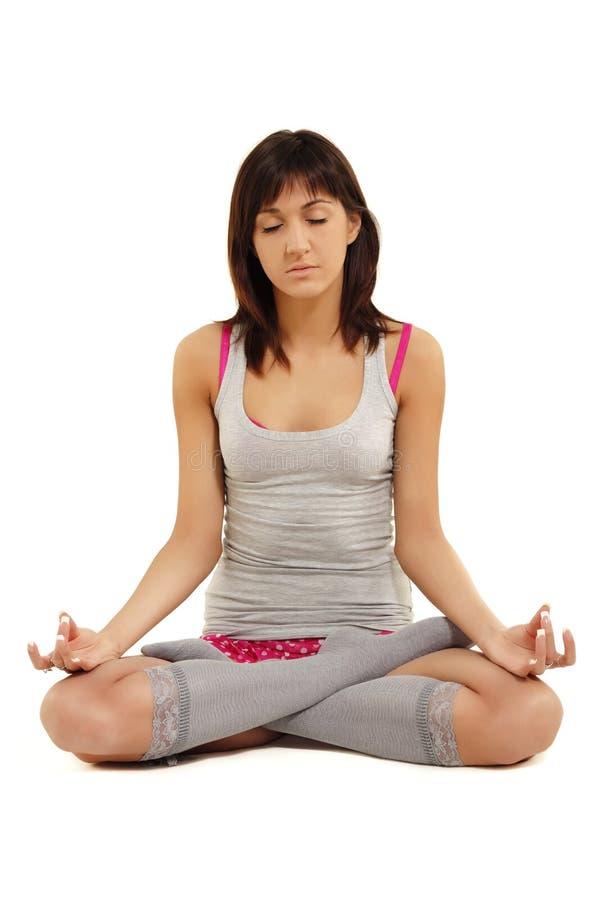Menina do adolescente que meditating nos lótus fotografia de stock