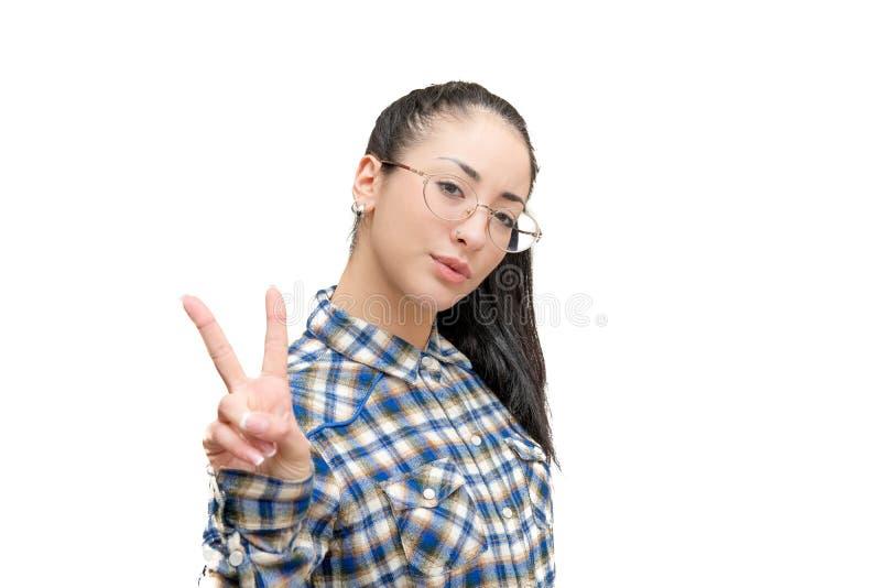 Menina do adolescente que olha a mão da vitória da câmera isolada foto de stock royalty free