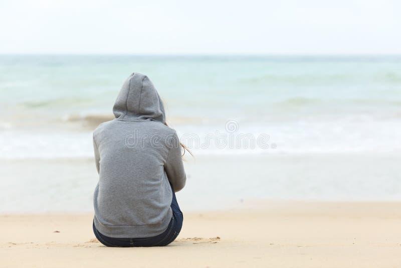 Menina do adolescente que pensa olhando o mar fotos de stock royalty free