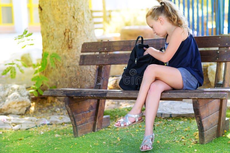 Menina do adolescente que prepara a trouxa com fontes de escola fotos de stock