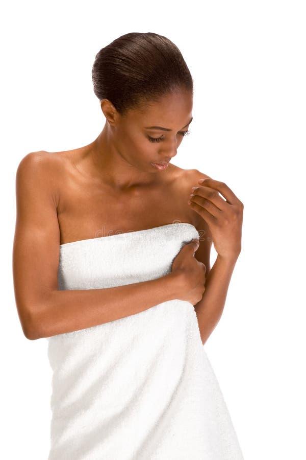 Menina do African-American envolvida na toalha de banho branca fotos de stock