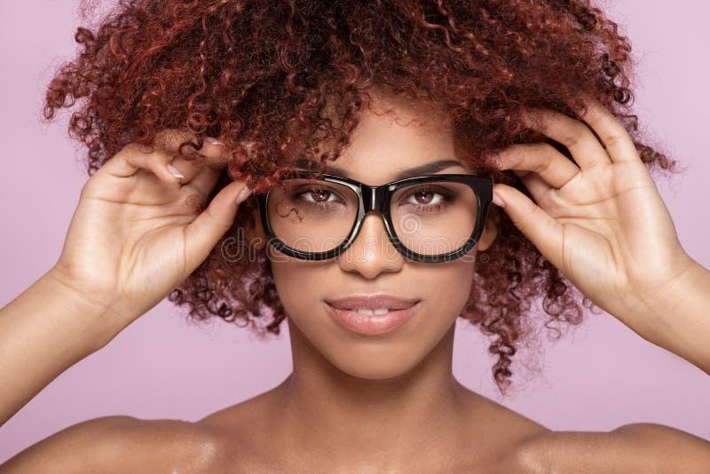 Menina do Afro nos monóculos, sorrindo imagens de stock
