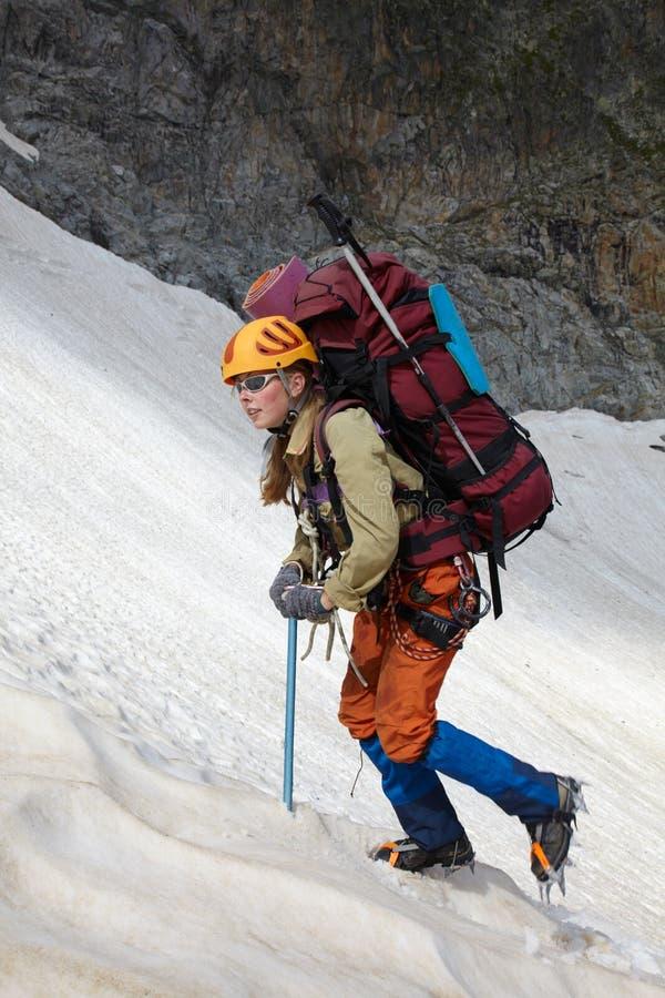 Menina do alpinista no montanhas foto de stock royalty free