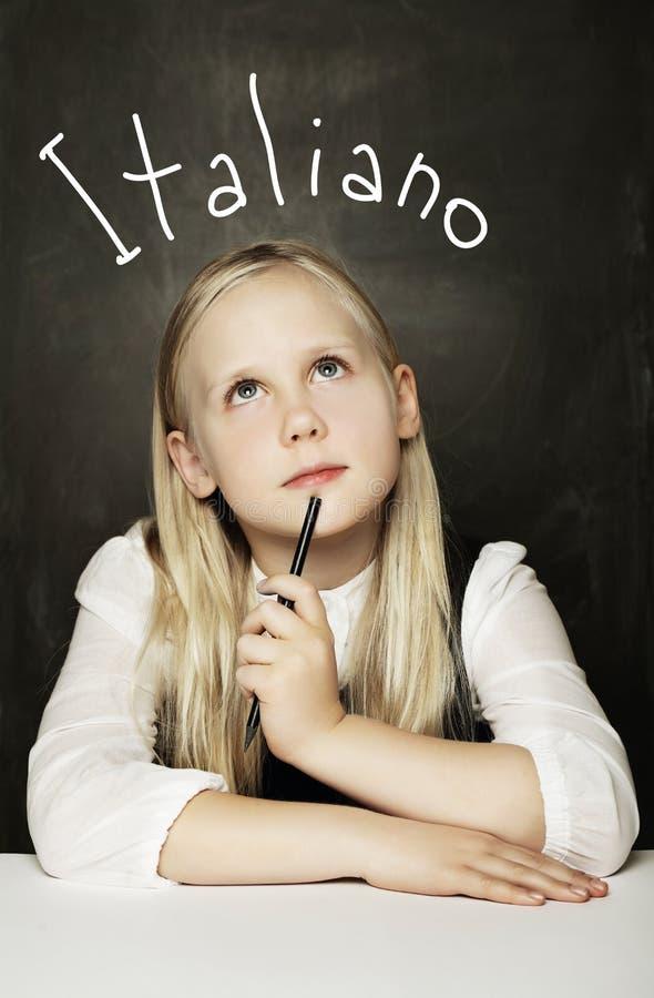 Menina do aluno que aprende o italiano Estudante fêmea da escola primária imagens de stock royalty free