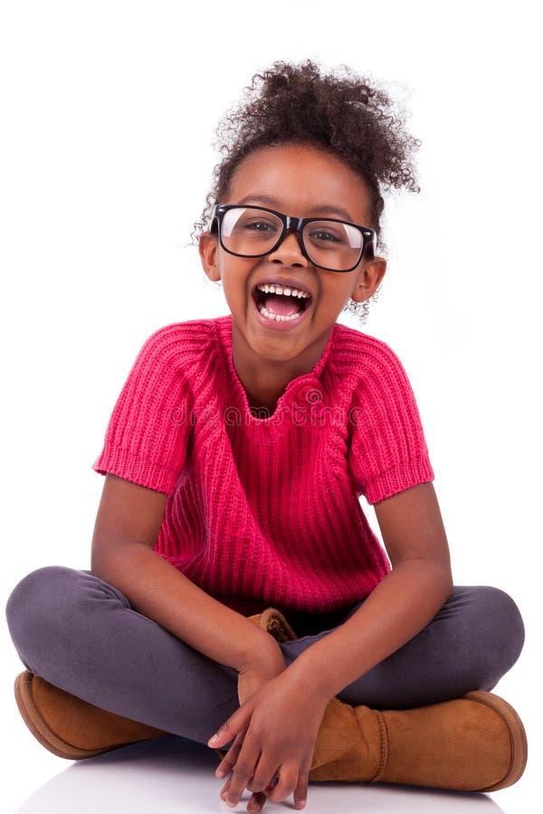 Menina do americano africano assentada no assoalho imagens de stock royalty free