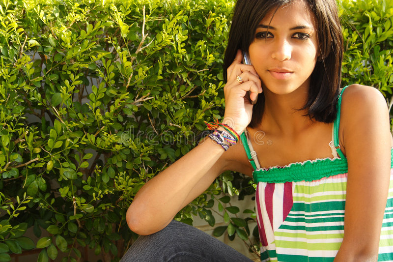 Menina do americano africano no telefone fotos de stock royalty free