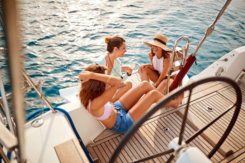 A menina do amigo no barco aprecia junto no dia de verão foto de stock royalty free