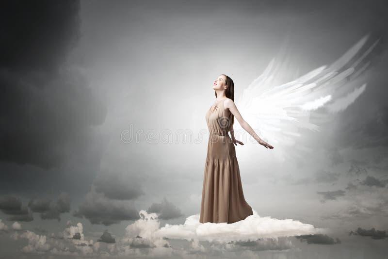 Menina do anjo que voa altamente fotos de stock