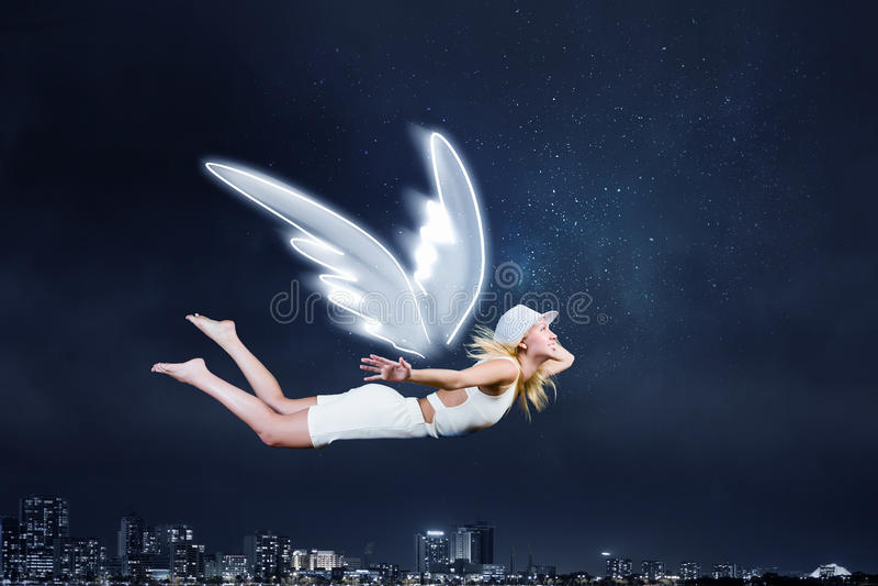 Menina do anjo que voa altamente fotografia de stock royalty free