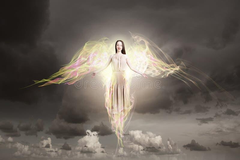Menina do anjo que voa altamente foto de stock royalty free