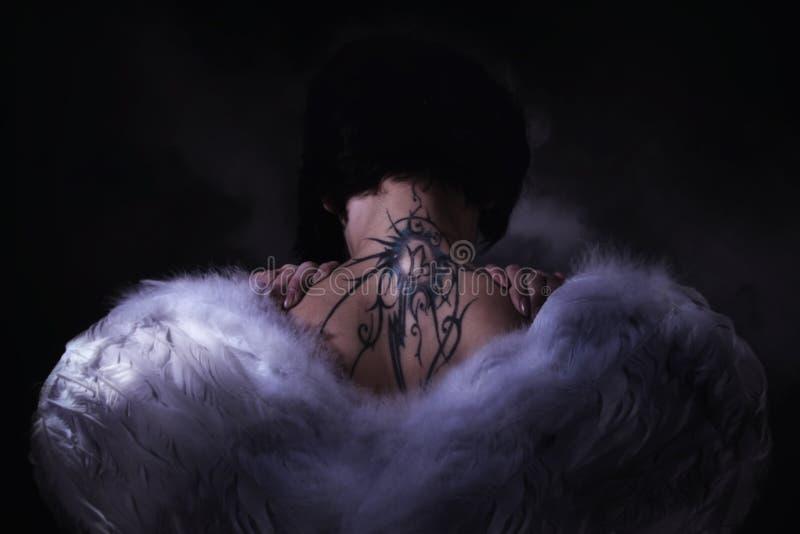 Menina do anjo sobre o céu escuro fotografia de stock royalty free