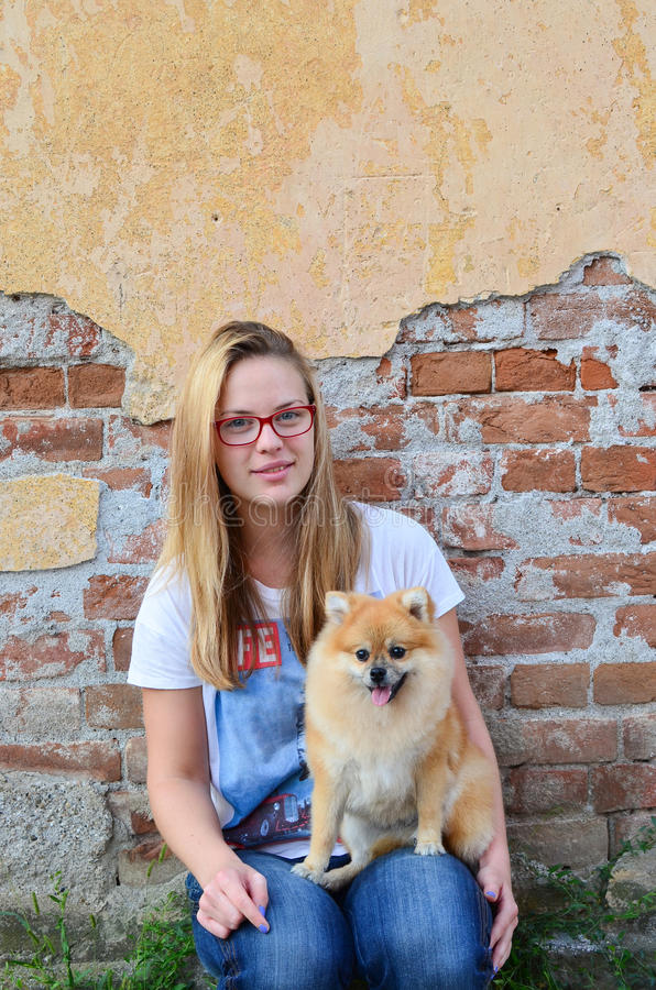Menina do ao lado e seu animal de estimação foto de stock