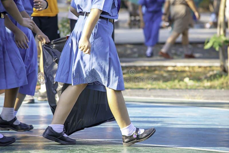 Menina do Asean da mão que guarda sacos de lixo pretos fotos de stock