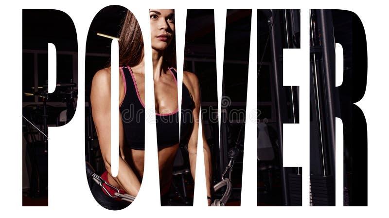 Menina do atleta no sportswear que dá certo e que treina seus braços e ombros com a máquina do exercício no gym Sinal da motivaçã foto de stock