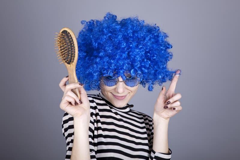 Menina do azul-cabelo do Coquette com pente. imagens de stock