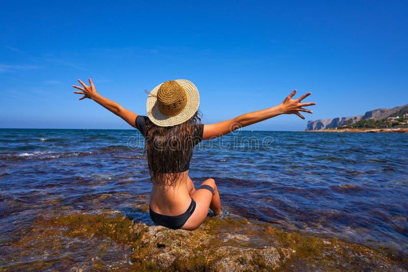 Menina do biquini na praia mediterrânea do verão que tem o divertimento imagens de stock