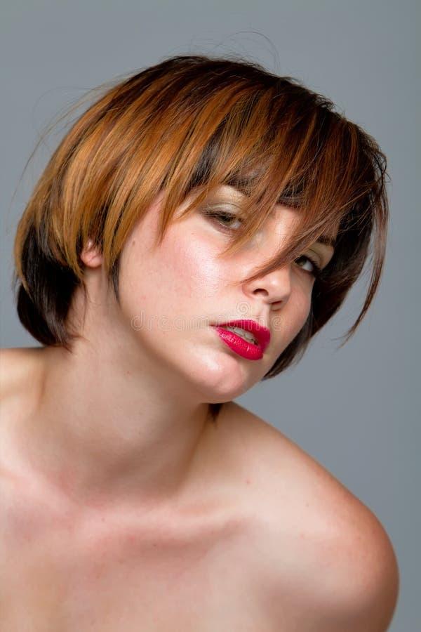 Menina do brunette do cabelo curto imagem de stock