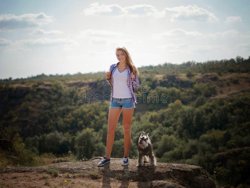 Menina do caminhante nas montanhas conceito do objetivo, do sucesso, da liberdade e da realização fotografia de stock royalty free