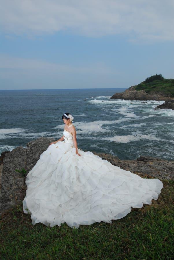Menina do casamento no penhasco fotografia de stock