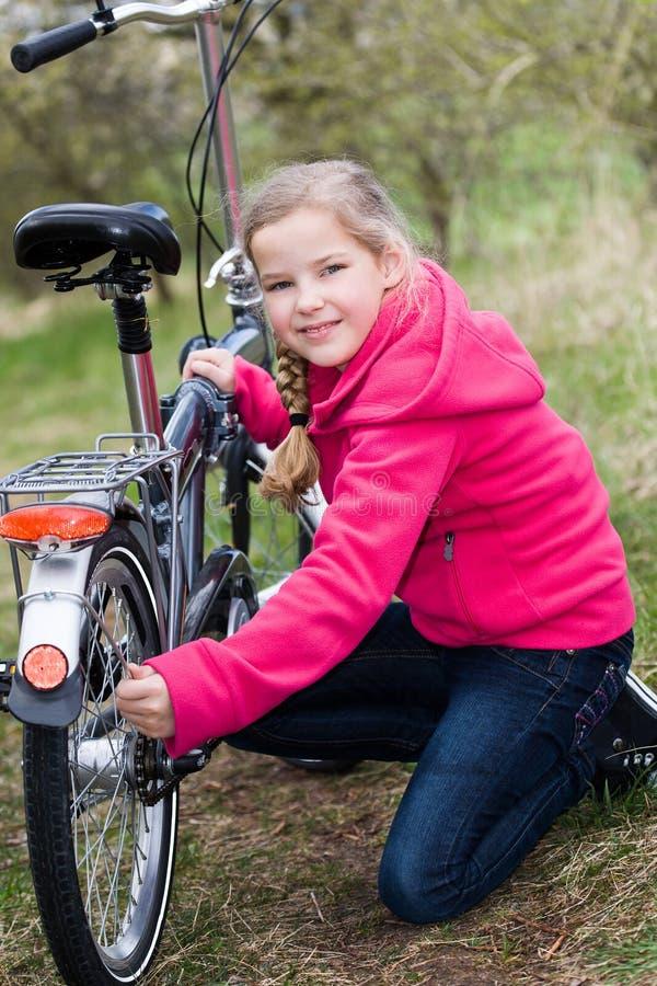 Menina do ciclismo imagem de stock