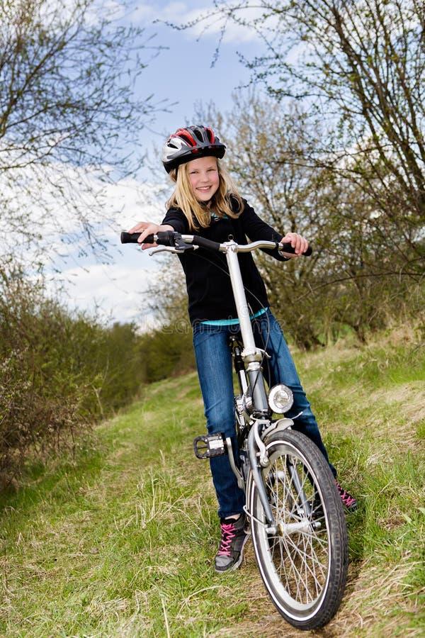 Menina do ciclismo foto de stock