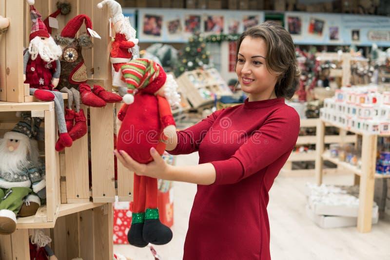 Menina do cliente que escolhe presentes pelo Natal e o ano novo imagens de stock