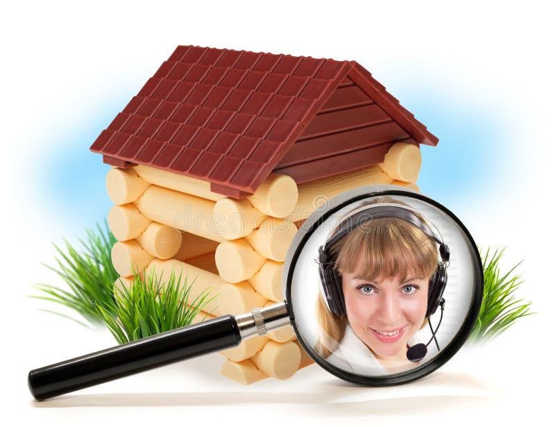 Menina do consultante com os auriculares do telefone na venda das casas fotos de stock