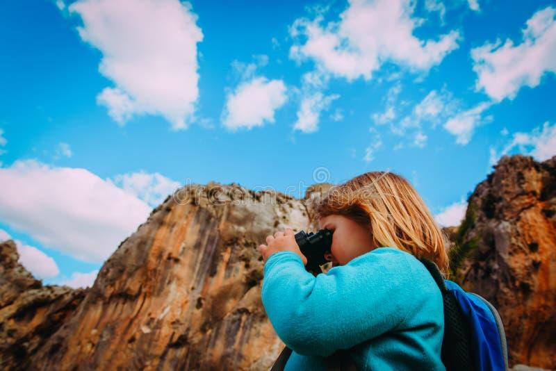 Menina do curso da família com binóculos que explora a natureza fotos de stock royalty free