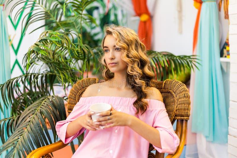 Menina do curso do verão imagem de stock royalty free