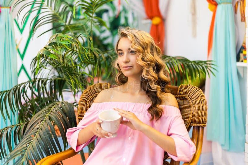 Menina do curso do verão foto de stock