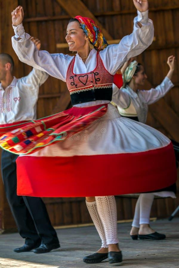 Menina do dançarino de Portugal no traje tradicional fotografia de stock royalty free