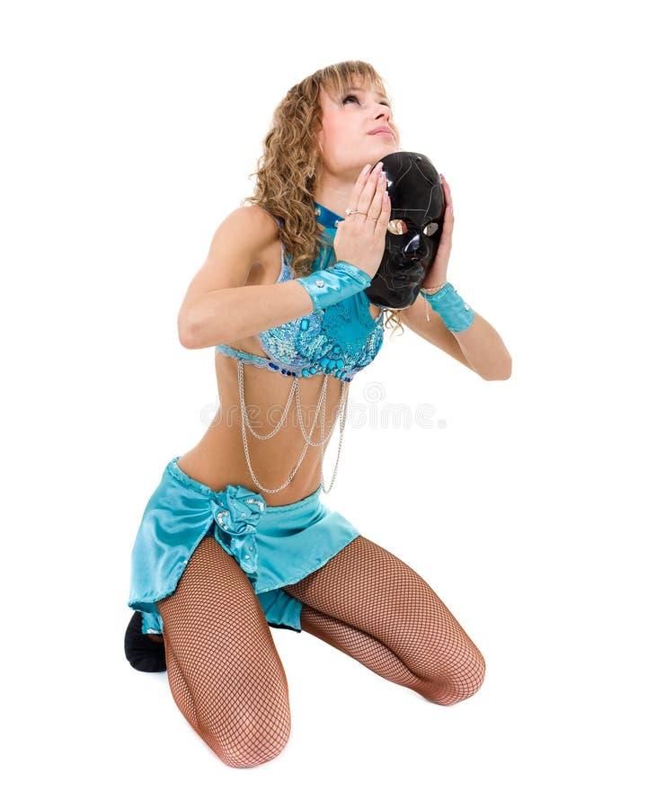Menina do dançarino do carnaval que levanta com a máscara, isolada no branco fotografia de stock