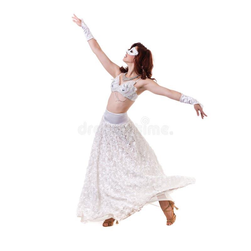 Menina do dançarino do carnaval que veste uma dança da máscara, isolada no branco imagens de stock