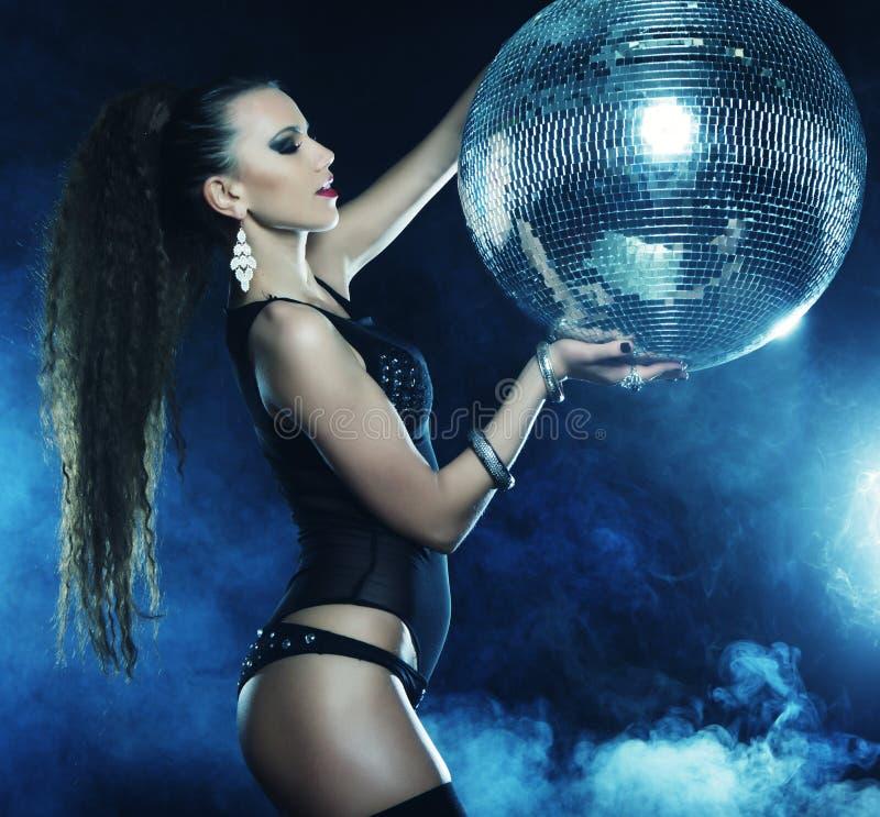 Menina do dançarino no fumo com bola do disco fotografia de stock royalty free