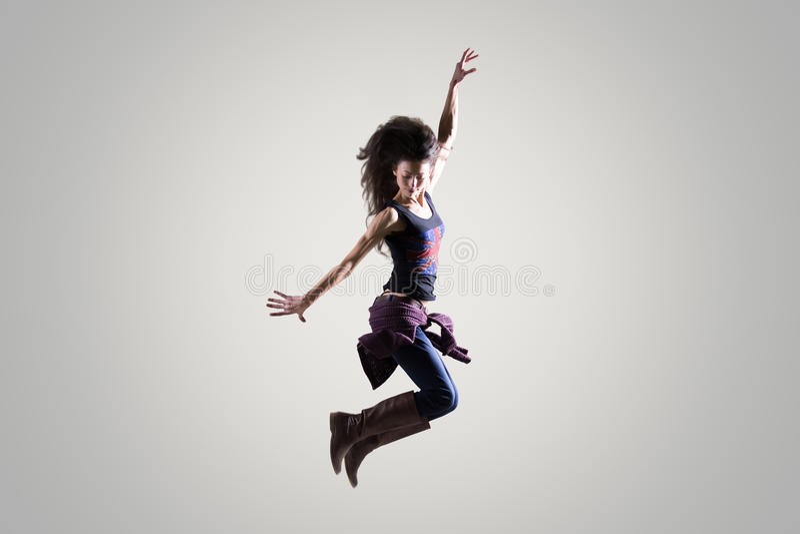 Menina do dançarino que salta no ar fotos de stock royalty free