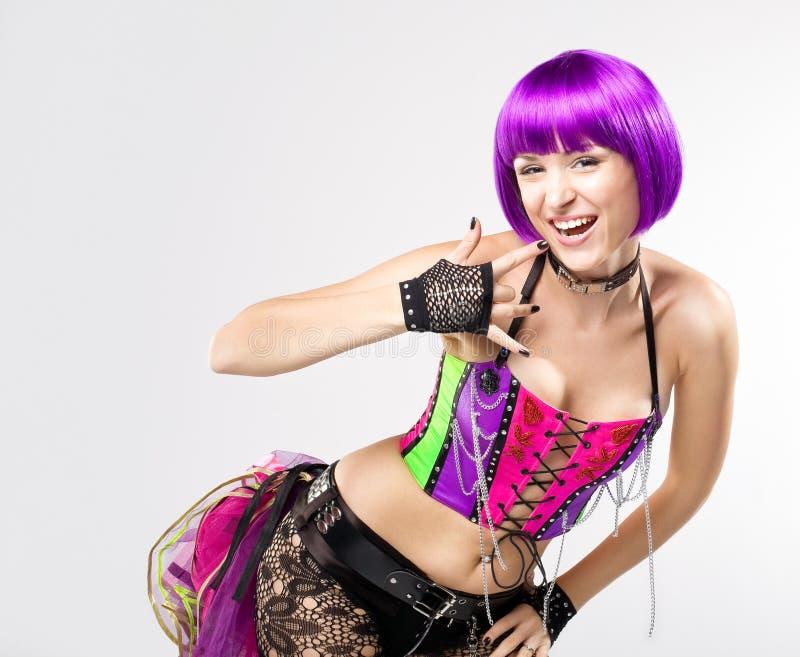Menina do disco com cabelos roxos foto de stock royalty free