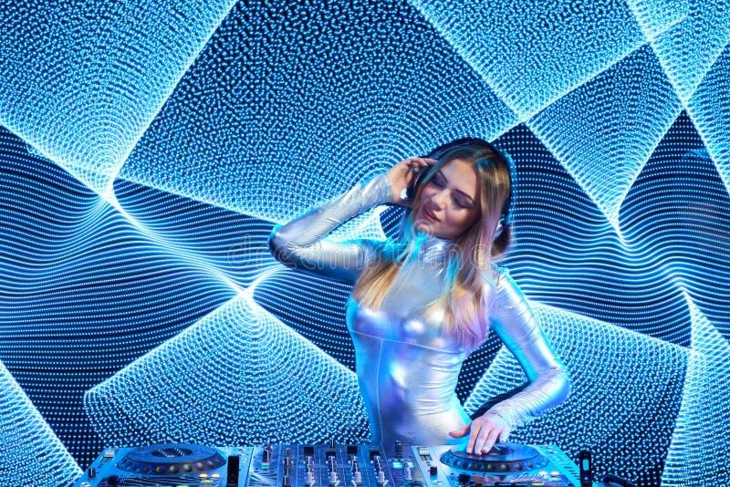Menina do DJ em plataformas no partido foto de stock royalty free