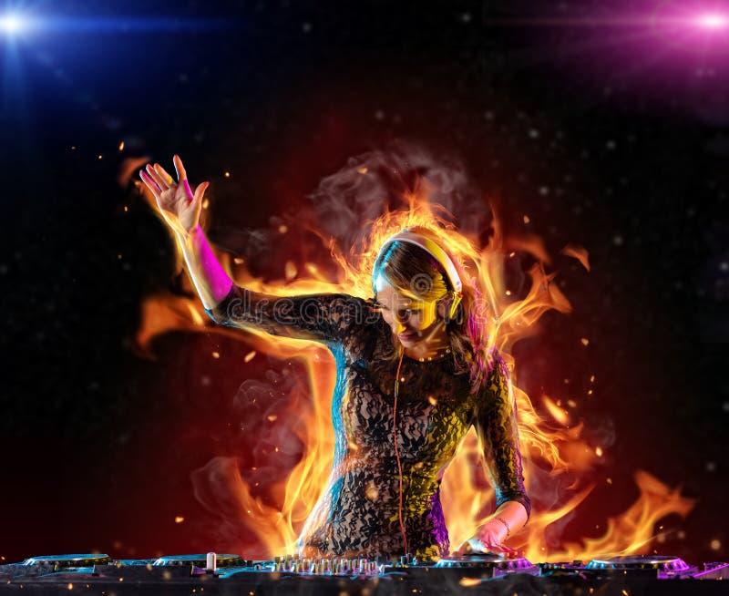 Menina do DJ que mistura a música eletrônica no fogo foto de stock royalty free