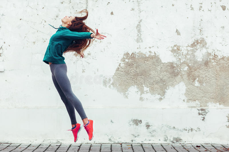 Menina do esporte da aptidão na rua fotos de stock royalty free