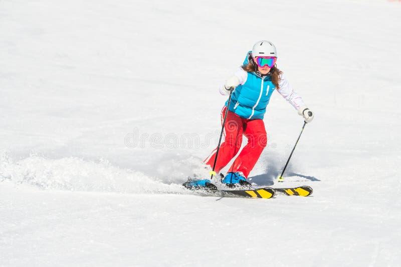 Menina do esquiador quando há curvas do slalom imagem de stock royalty free