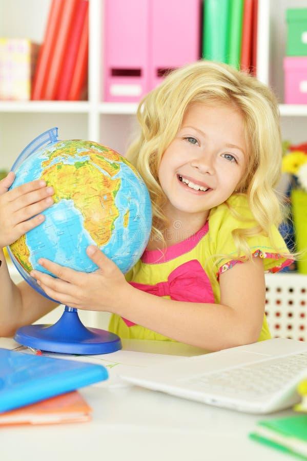 Menina do estudante com livros e portátil foto de stock royalty free